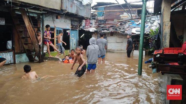 Sejumlah fasilitas umum dan pendidikan menjadi lokasi pengungsian korban banjir Jakarta Timur, mulai dari kampus, GOR, hingga masjid.