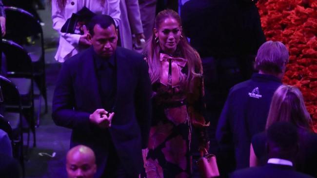 Puluhan bintang NBA dan artis serta ribuan penggemar menggelar penghormatan terakhir untuk mendiang Kobe Bryant di Staples Center.