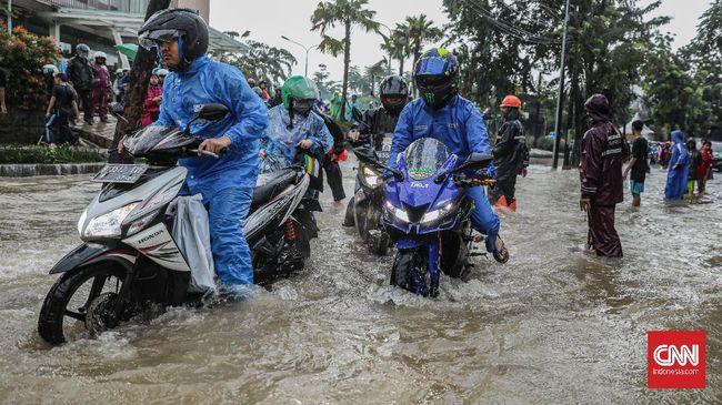 Seorang pengendara sepeda motor tewas di Jalan Gajah Mada, Jakarta Pusat saat melintas di jalanan yang tergenang banjir.