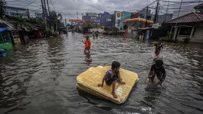 Dua warga meninggal saat banjir merendam Kota Bekasi, Jawa Barat akibat hanyut terbawa arus selokan dan tersengat aliran listrik.