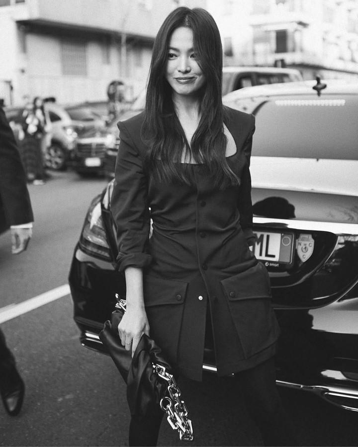 <p>Sementara foto lainnya, memperlihatkan Song Hye Kyo tersenyum ke arah para fotografer di luar lokasi acara fashion show Bottega Venetta. (Foto: Instagram)</p>