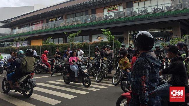 Warga Cakung ramai-ramai mendatangi Mal AEON, Cakung, Jakarta Timur, yang dituding sebagai penyebab banjir di perkampungan mereka.