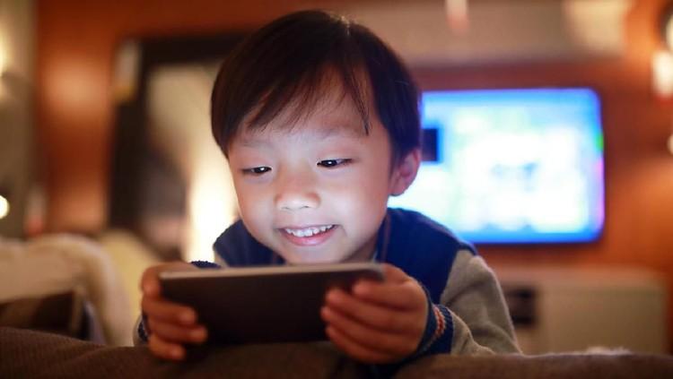 Anakku lupa waktu karena kecanduan gadget. Supaya dia kapok, aku warnai sekeliling matanya menjadi hitam seolah-olah itu efek main gadget.