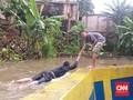 Banjir, Tanggul Baswedan Jadi Kolam Renang Bocah Jati Padang