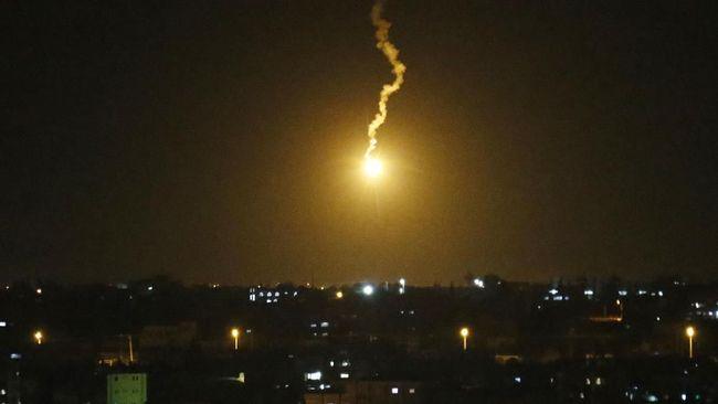 Israel kembali meluncurkan serangan udara ke Jalur Gaza pada Sabtu dini hari sebagai aksi balasan atas roket yang diluncurkan Hamas.