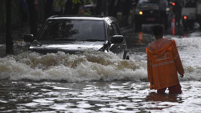 Hujan dengan curah yang tinggi membuat sungai Cikeruh dan Cipeles, Sumedang meluap dan membuat pemukiman warga di Jatinangor dan Tanjungsari terendam banjir.