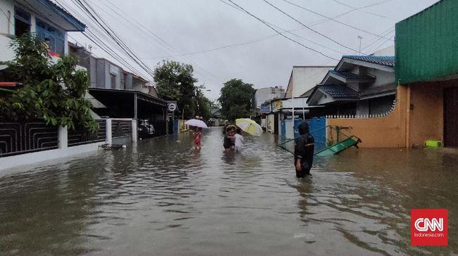 BPBD Kota Bekasi menurunkan sekitar 60 orang satgas di sejumlah titik termasuk tiga perahu di daerah Pondok Gede untuk mengevakuasi warga yang dilanda banjir.