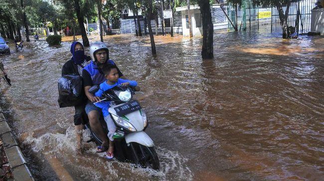 PLN menyetop sementara operasional 326 gardu listrik di sebagian wilayah Jakarta karena banjir.