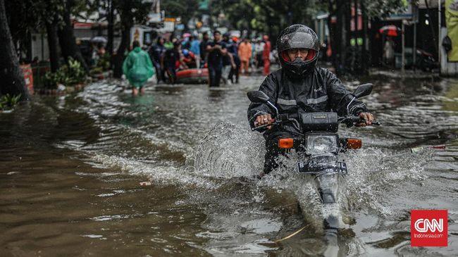 Cara berkendara sepeda motor tidak bisa disamakan antara jalan kering dan basah, bahkan banjir.