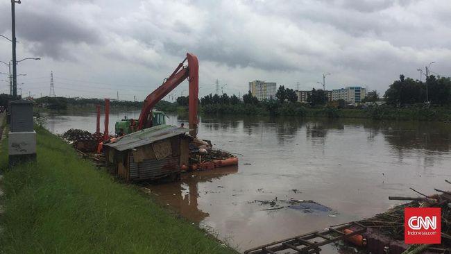 Muka air di Banjir Kanal Timur (BKT) mencapai ketinggian yang lebih dari biasanya dan menyebabkan penyaring sampah putus.