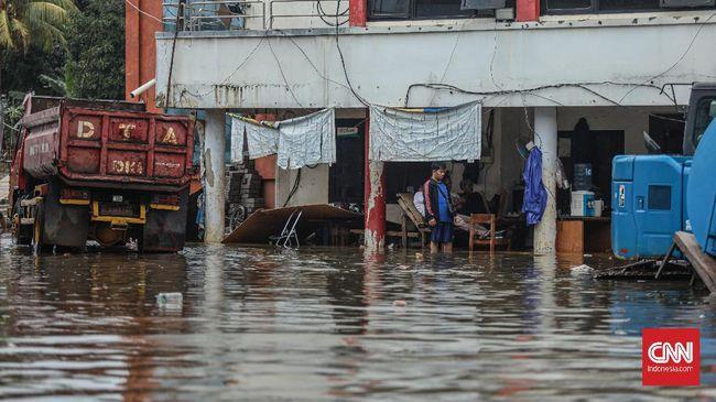 Lima keluarga yang tinggal satu rumah di Cipayung, Jaktim, terdampak banjir. Mereka hanya mendapat bantuan dua bungkus mi instan dan sereal.