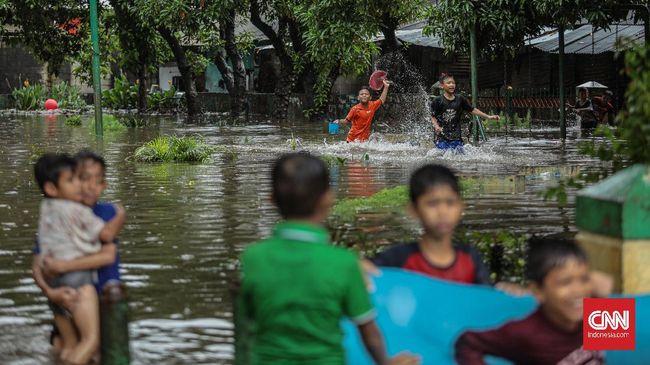 Empat remaja melompat ke kali dan hanyut terbawa arus usai banjir menerjang Komplek Maharta, Pondok Aren, Tangerang Selatan. Dua orang belum ditemukan.