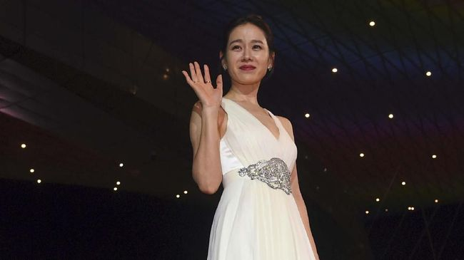 South Korean actress Son Ye-Jin poses on the red carpet during the opening ceremony of the 22nd Busan International Film Festival (BIFF) at the Busan Cinema Center in Busan on October 12, 2017. - BIFF will screen around 300 films from 75 countries, including 100 world premieres, across its 10-day run. (Photo by JUNG Yeon-Je / AFP)