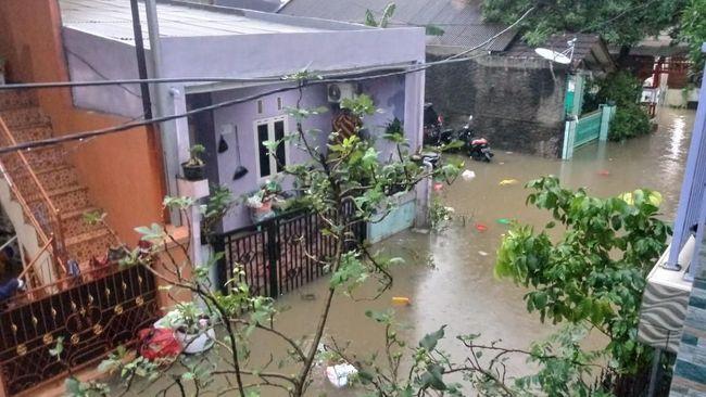 Netizen mencuitkan laporan banjir yang menggenangi sejumlah wilayah dan meminta Gubernur DKI melakukan tindakan untuk mengatasinya.
