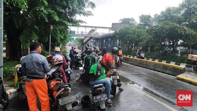 Banjir masih menggenangi ruas Jalan Industri Raya, Gunung Sahari menuju Mangga Dua, Jakarta Pusat. Akses jalan terputus.