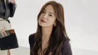 <p>Dalam salah satu foto, terlihat Song Hye Kyo duduk di deretan bangku undangan. (Foto: Instagram)</p>