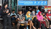 Banjir yang menerjang wilayah DKI Jakarta sejak Selasa (25/2) pagi membuat rangkaian perjalanan KRL Commuterline terganggu.