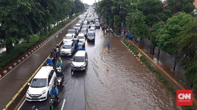 Mobil menerobos banjir tidak bisa dilakukan sembarang alias harus ada perhitungan. Kita perlu paham dahulu teknik dan batas ketinggian air yang aman dilalui.