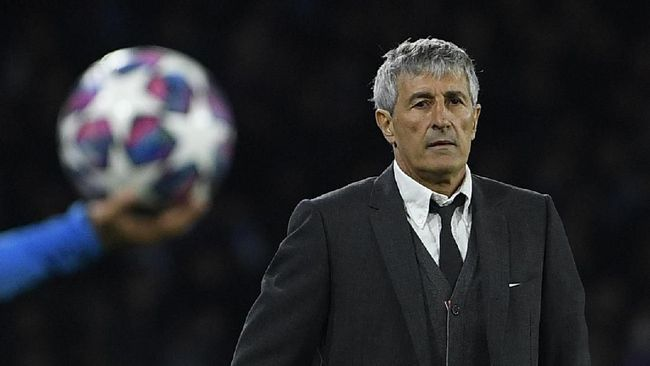 Barcelona's Spanish head coach Quique Setien looks on  during the UEFA Champions League round of 16 first-leg football match between SSC Napoli and FC Barcelona at the San Paolo Stadium in Naples on February 25, 2020. (Photo by Filippo MONTEFORTE / AFP)