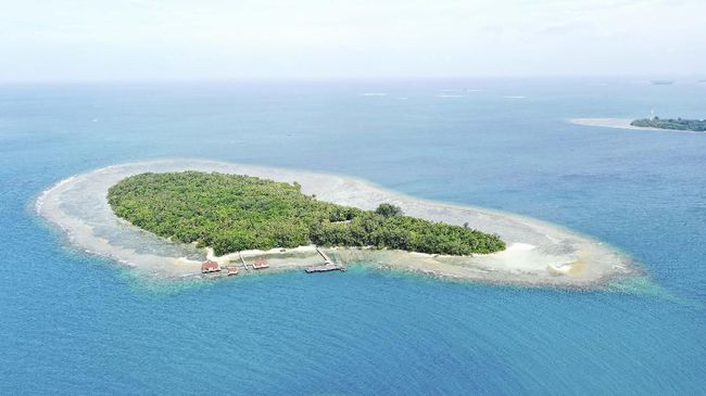 Para nelayan dilarang melaut hingga radius sekitar enam kilometer dari Pulau Sebaru Kecil, lokasi observasi WNI akibat wabah virus corona.