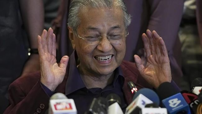 In this Saturday, Feb. 22, 2020, photo, Malaysian Prime Minister Mahathir Mohamad, gesture as he speaks during a press conference in Putrajaya, Malaysia. Mahathir has tendered his resignation to the king, his office reported Monday. (AP Photo/Vincent Thian)
