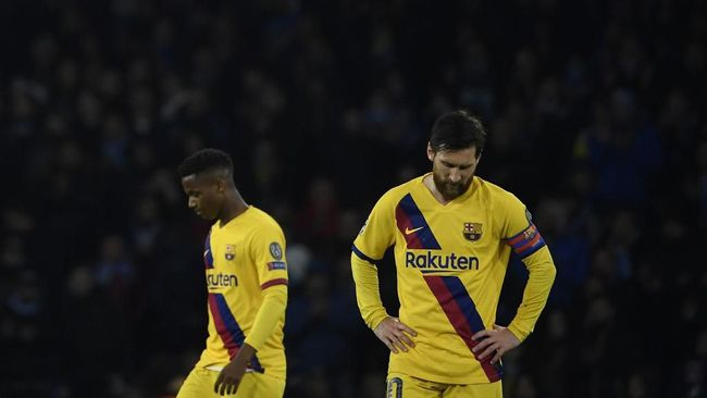 Barcelona's Argentine forward Lionel Messi (R)  reacts after a draw in the  UEFA Champions League round of 16 first-leg football match between SSC Napoli and FC Barcelona at the San Paolo Stadium in Naples on February 25, 2020. (Photo by Filippo MONTEFORTE / AFP)