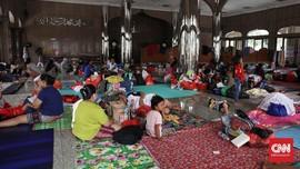 FOTO: Wajah-wajah di Bawah Atap Pengungsian Banjir Jakarta