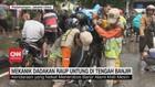 VIDEO: Mekanik Dadakan Raup Untung di Tengah Banjir