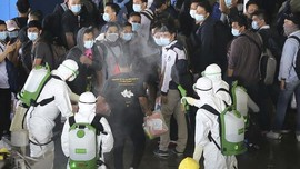 FOTO : Evakuasi ABK WNI World Dream ke KRI Soeharso