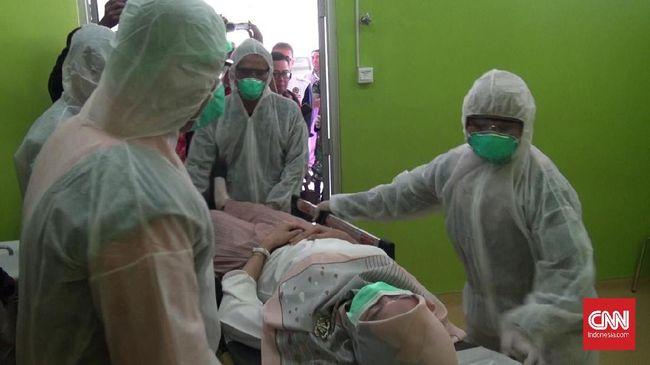Seorang pasien suspect corona meninggal di Semarang. Keluarga tak boleh membuka peti jenazah. Namun pihak RS menyebut hasil tes laboratarium negatif corona.