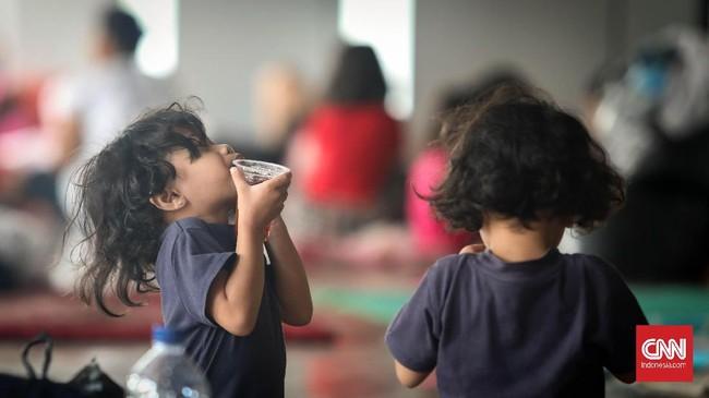 Ada belasan ribu warga (ribuan kepala keluarga) di sejumlah wilayah Jakarta yang terpaksa harus berada di posko pengungsian karena rumah mereka kebanjiran.
