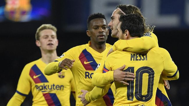 Barcelona's French forward Antoine Griezmann (R) celebrates with teammates after scoring a goal  during the UEFA Champions League round of 16 first-leg football match between SSC Napoli and FC Barcelona at the San Paolo Stadium in Naples on February 25, 2020. (Photo by Filippo MONTEFORTE / AFP)