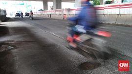 Pengendara Motor Keluhkan Lubang-lubang di Jalan Pascabanjir