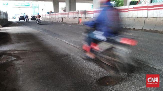 Lubang-lubang di jalan protokol Jakarta makin banyak bermunculan setelah hujan deras dan banjir pada Selasa (25/2) dan membahayakan pengendara.