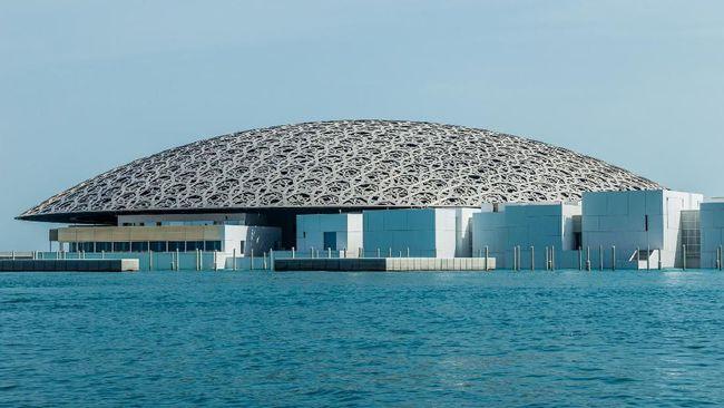 Kemegahan arsitektur Museum Louvre di Abu Dhabi kini bisa dinikmati dengan tur kayak bersama pemandu wisata.