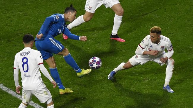 Juventus' Portuguese forward Cristiano Ronaldo (2nd-L) kicks the ball during the UEFA Champions League round of 16 first-leg football match between Lyon and Juventus at the Parc Olympique Lyonnais stadium in Decines-Charpieu, central-eastern France, on February 26, 2020. (Photo by Jean-Philippe KSIAZEK / AFP)