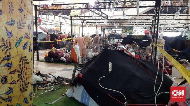 Lapak penjual pakaian di mal Thamrin City, Jakarta Pusat, sempat kebakaran. Awak media dilarang mengambil gambar meski api sudah padam.