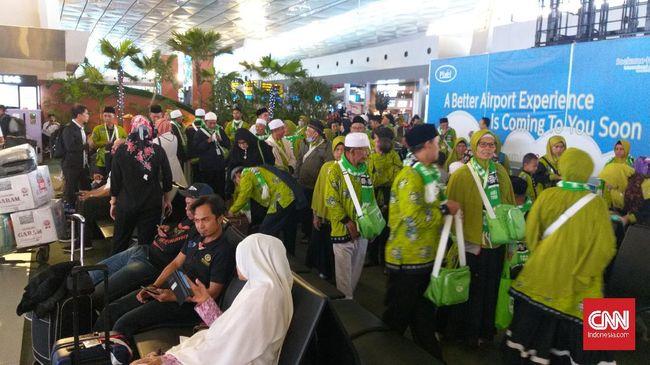Banyak jemaah tertunduk lesu usai mendapat kabar perjalanan mereka ke Tanah Suci tertunda akibat kebijakan Saudi menyetop layanan visa demi mencegah corona.