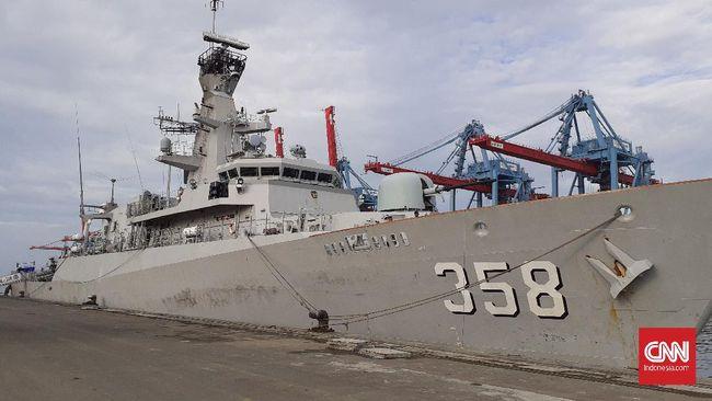 Awak KRI John Lie berhasil menyelamatkan ABK kapal MT. ST. Khatarinen berbendera Singapura yang terjatuh ke laut.