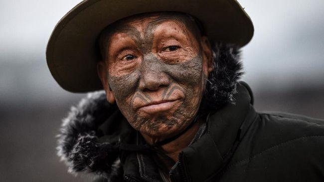 Bagi suku Naga, tato di badan bisa berarti keberhasilan menebas kepala musuh dan membawanya pulang ke desa sebagai tanda menang perang.