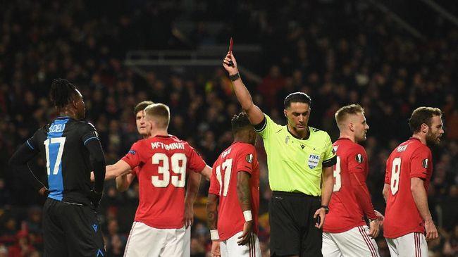 Kartu merah yang menjadi salah satu faktor kemenangan Manchester United atas Club Brugge hampir dianulir wasit Serdar Gozubuyuk.