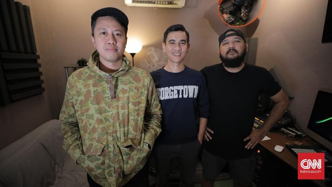 Berawal dari rasa muak terhadap siaran di radio, seorang mantan VJ MTV meramu media baru bernama podcast yang akhirnya marak di Indonesia setahun belakangan.