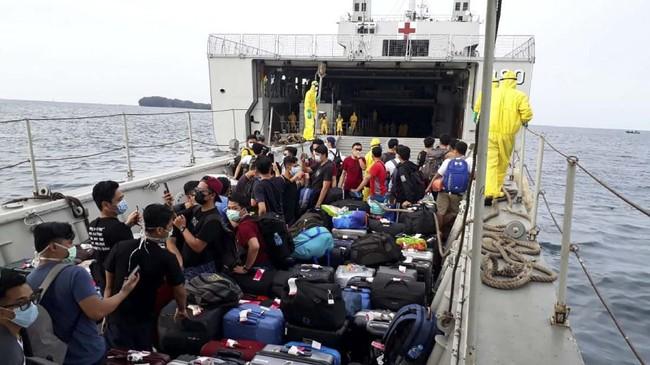 Sebanyak 188 WNI tiba di Pulau Sebaru Kecil, Kepulauan Seribu, Jakarta. Jumat (28/2). Mereka akan menjalani masa karantina selama 14 hari.