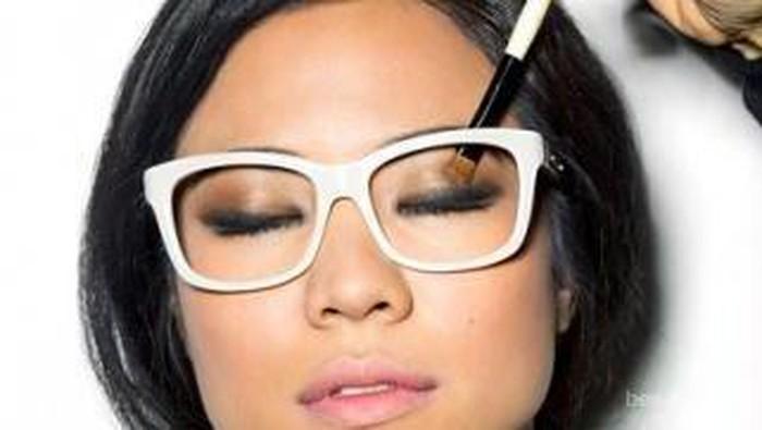 Tampil Cantik dengan Makeup untuk Si Kacamata
