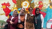Masih di Yogyakarta, kali ini Najwa Shihab berpose dengan tiga saudara perempuannya, Najelaa Shihab, Nasywa Shihab, dan Nahla Shihab. <em>Sister goals</em> banget ya, Bun. (Foto: Instagram @najwashihab)