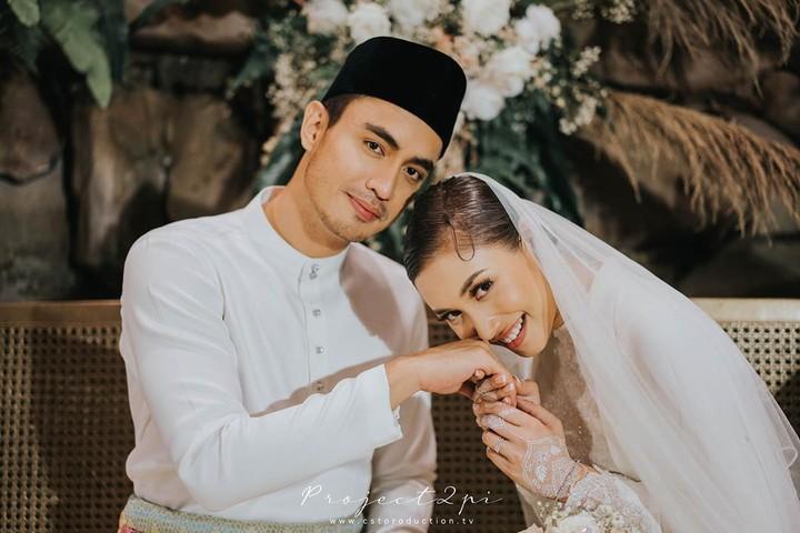 Pernikahan artis Malaysia Zahirah MacWilson dengan Aiman Hakim viral di media sosial karena kemewahannya. Penampakan wedding cake-nya pun curi perhatian.