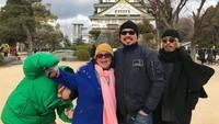 <p>Berbagai pose lucu mereka tunjukkan ketika foto keluarga. Salah satunya di foto ini, ketika yang lain sudah siap berfoto, Marco malah menarik tangan sang ibu. (Foto: Instagram @marcorandyy)</p>
