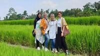 Najwa Shihab dan ketiga saudara perempuannya tak lupa berpose dengan latar belakang sawah. Seru ya, Bun? (Foto: Instagram @najwashihab)