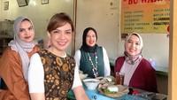 """<div>Najwa Shihab dan ketiga saudaranya saat kulineran di Sego Empal Bu Warno Yogyakarta. """"<em>Di #jogja itu semua makanan enak. Ada ide makan apa lagi? #sisterstrip</em>,"""" tulis Najwa. (Foto: Instagram @najwashihab)</div>"""