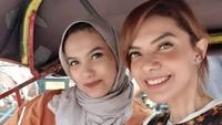 Najwa Shihab saat naik becak bersama adik perempuannya, Nahla Shihab, di Yogyakarta. (Foto: Instagram @najwashihab)